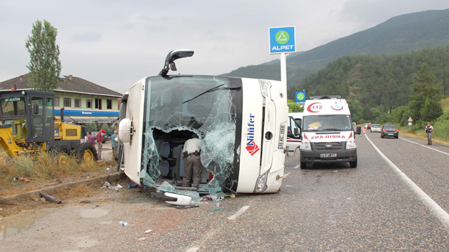 Otobüs devrildi 28 yaralı