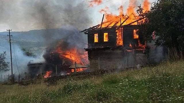 Safranbolu'da 3 Ev Yandı